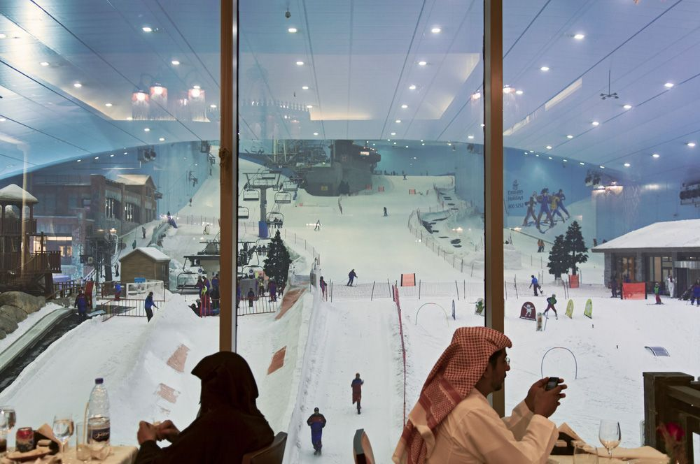 en effet il est possible de faire du ski duba lintrieur du mall of the emirates une immense piste de ski couverte vous attend en plein dsert