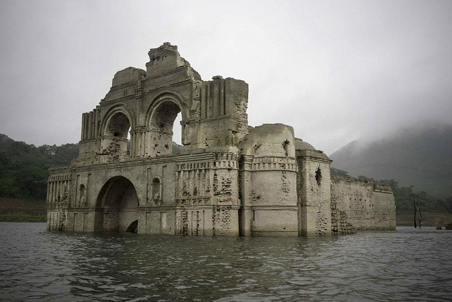 Une église vieille de 400 ans réapparait au milieu des eaux mexicaines