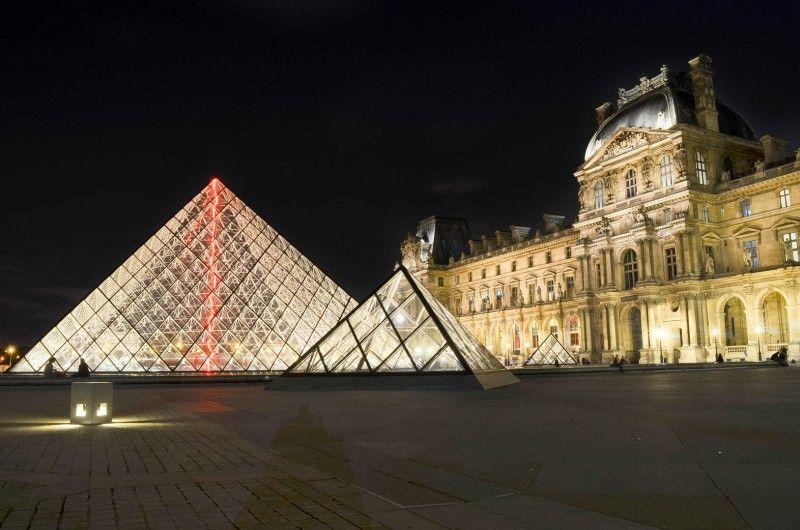 Musée du Louvre par nuit, Paris