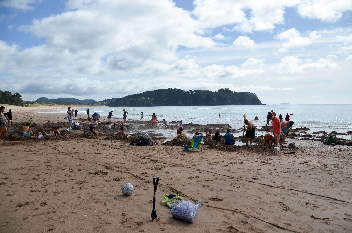 Creuser un trou sur la plage de Hot Water Beach