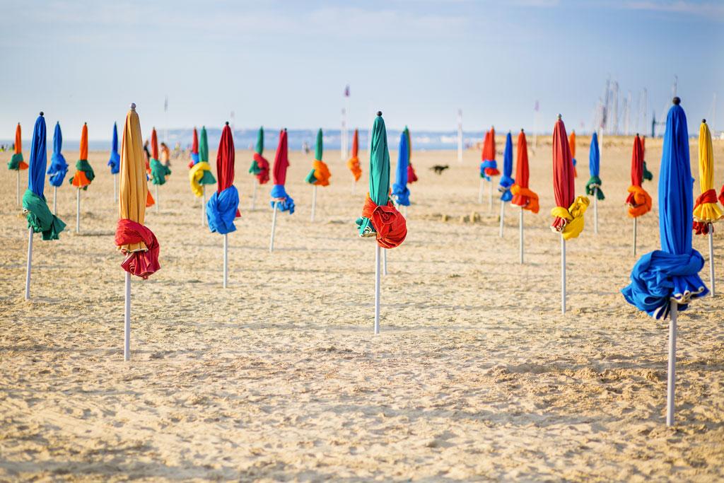 plage-deauville-parasols